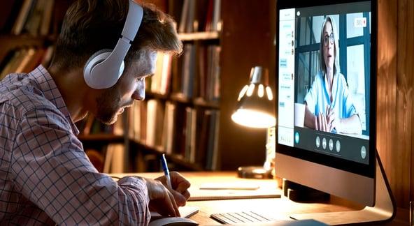 AdobeStock_392700319_Online Weiterbildung_komprimiert