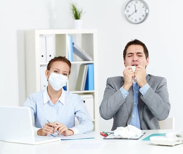 AdobeStock_46998067_Schutzmaske im Büro