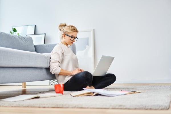 AdobeStock_236637405_Frau im Home Office
