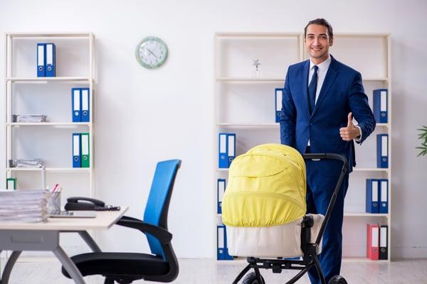 AdobeStock_313343058_Work life balance_ Vater mit Kind im Büro