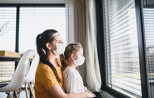 AdobeStock_339054369_Mutter und Kind mit Schutzmaske_klein