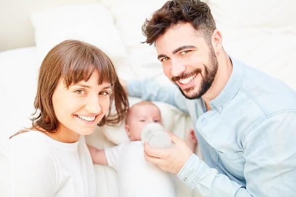 AdobeStock_206377333_Eltern mit Baby_Klein